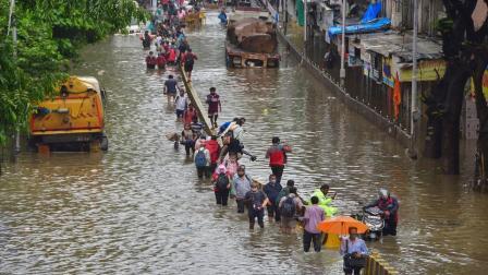 મુંબઈમાં અને આસપાસના વિસ્તારોમાં ભારે વરસાદ  તસવીર: PTI