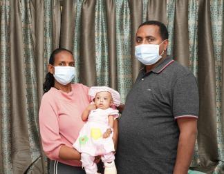 એલ્ડોરા ડેનેક્યુ વાસી તેના માતાપિતા સાથે