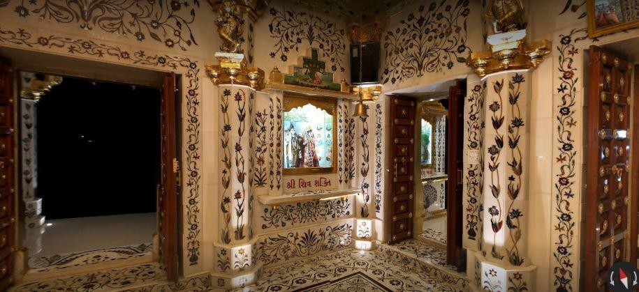 અહીં રામશીલા પણ પાણીમાં તરતી રાખવામાં આવેલ છે જેનું વજન 7 કિલોગ્રામ છે તે ત્યાં નોંધ કરેલ છે જે તમે તસવીરમાં જોઈ શકો છો તેની સાથે હનુમાનજી તે પત્થર પર રામનામ લખતાં બતાવાયા છે જે ભક્તોને લંકા જતી વખતે બનાવાયેલ રામસેતુની યાદ અપાવે છે.