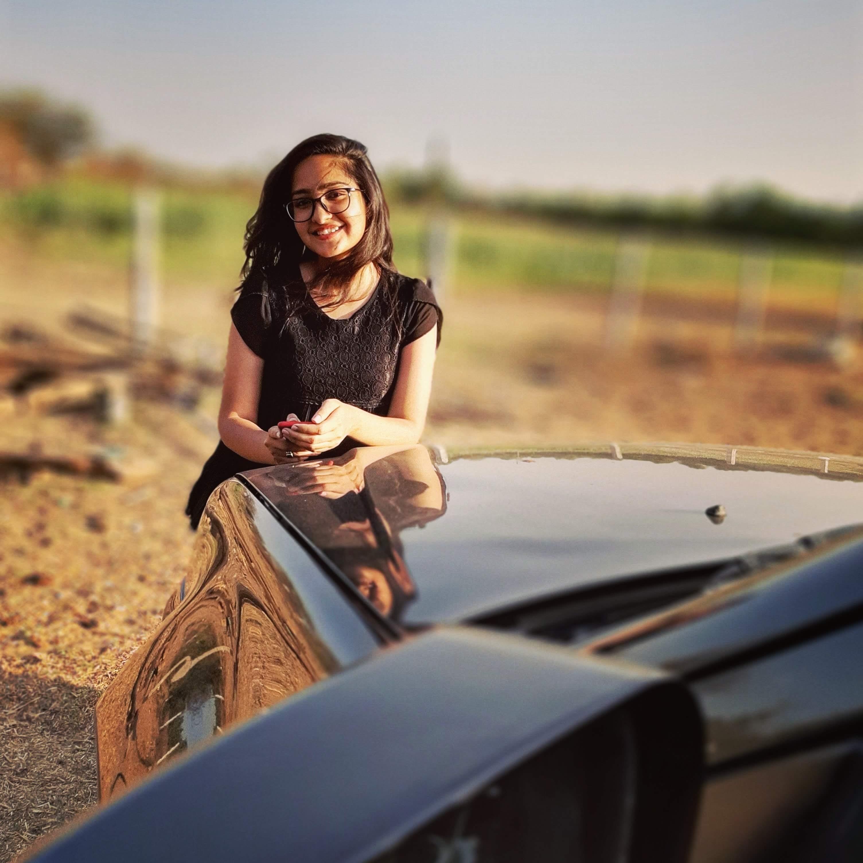 જાહ્નવી ગુજરાતના જાણીતા ફોક સિંગર બહાદુર ગઢવી સાથે પણ ગાઈ ચૂકી છે.