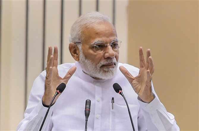 ભારતમાં સફળ સ્ટાર્ટ અપ ગણાતી ઓલા ટેક્સીને લઇને મહત્વના સમાચાર આવી રહ્યા છે. કર્ણાટક સરકારે ઓલા ટેક્સીને લઇને મહત્વનો નિર્ણય લીધો છે. સરકારે છ મહિના માટે કર્ણાટક રાજ્યમાં ઓલા ટેક્સી પર બેન જાહેર કર્યો છે. ઓલા ટેક્સીનું લાઇસન્સ રદ્દ કરતા કર્ણાટક સરકારે કહ્યું છે કે આદેશ આપ્યના ત્રણ દિવસનાં કંપની પોતાનું લાઇસન્સ સરકારના ટ્રાન્સપોર્ટ વિભાગમાં જમા કરાવે. જેને પગલે ઓલાએ શુક્રવારથી રાજ્યભરમાં પોતાની સેવા બંધ કરી દીધી છે. એપ્લીકેશન દ્રારા ટેક્સી બુક કરવાની સેવા આપવાર ઓલા દેશની ટોચની કંપની છે.