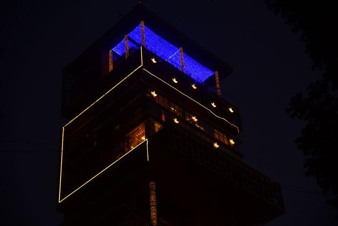 27 માળનું એન્ટિલિયા રોશનીના કારણે રાત્રે ખૂબ જ સુંદર લાગે છે.