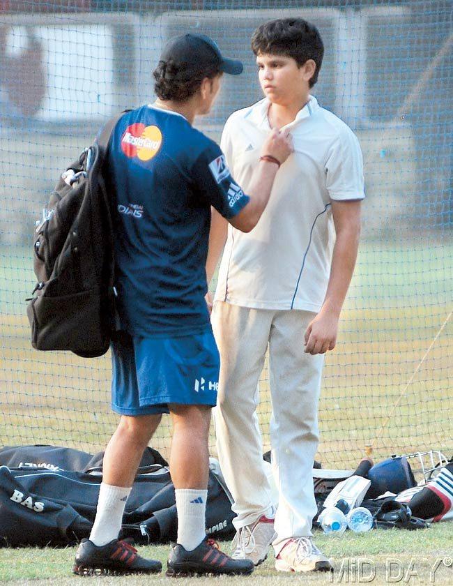 ક્રિકેટના ભગવાન તેમના ભગવાન સાથે. સચિને તેંડુલકરને ક્રિકેટનું જ્ઞાન આપનાર રમાકાંત આચરેકર સાથે સચિન તેંડુલકર.