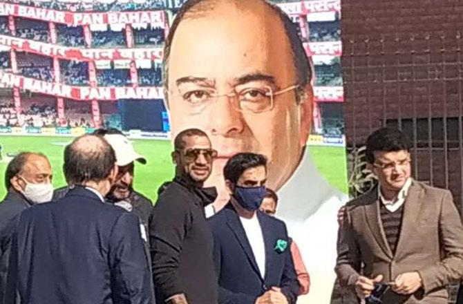 ભારતીય ક્રિકેટ કન્ટ્રોલ બૉડના અધ્યક્ષ સૌરવ ગાંગુલી અને ભારતીય ટીમના ઓપનર શિખર ધવન અરૂણ જેટલી સ્ટેડિયમ ફિરોઝશાહ કોટલા મેદાનમાં પહોંચ્યા છે. તસવીર સૌજન્ય - જાગરણ