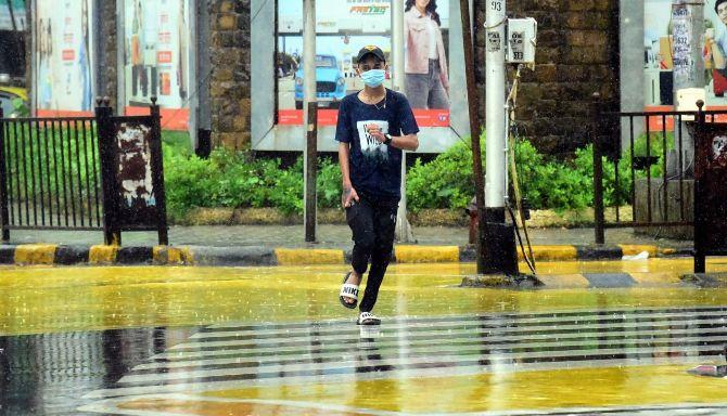 રવિવારે બપોર સુધી મુંબઈમાં મૂશળધાર વરસાદ પડયો હતો.