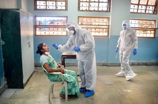 મુંબઈના ગ્રાન્ટ રોડ સ્થિત પાલિકાની શાળામાં કોરોના ટેસ્ટ કરતા પાલિકાના આરોગ્ય કર્મચારીઓ (તસવીર: આશિષ રાજે)