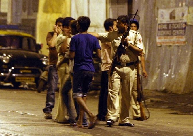એકલો આતંકી જે જીવતો પકડાયો તે અજમલ અમીર કસાબ હતો. કસાબે ખુલાસો કર્યો કે હુમલો કરનારા પાકિસ્તાન સ્થિત લશ્કર-એ-તૈયબાના સભ્યો હતા. 21 નવેમ્બર, 2012 ના રોજ કસાબને ફાંસીની સજા આપવામાં આવી હતી. જ્યારે જૂથના રિંગ્લેડર અને ભારતના સૌથી ભયાનક આતંકવાદી હુમલા પાછળનો માસ્ટર માઇન્ડ હાફિઝ મોહમ્મદ સઇદ હજી પણ પોતાના વતન પાકિસ્તાનમાં રહે છે.