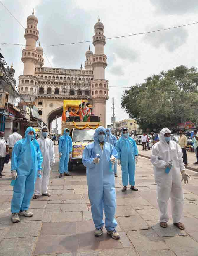 મુંબઇની સ્કાયલાઇન તો હંમેશ જેવી જે દેખાઇ પણ વિસર્જનનું દ્રશ્ય ધામધૂમ વિનાનું રહ્યું.