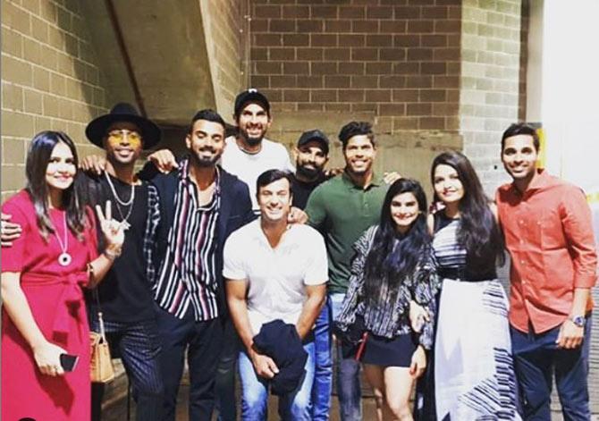 140ની સ્પીડે બોલ ફેકતો શમી ભારતીય ક્રિકેટ ટીમમાં મહત્વનો ફાસ્ટ બોલર ગણાય છે. મોહમ્મદ શમીએ તેની દિકરી સાથે ફોટો શૅર કર્યો હતો, જેમાં તેની આજુબાજુ બહુ બધી ચોકલેટ્સ છે. શમીએ કૅપ્શન આપી- 'ચોકલેટ લવર'.