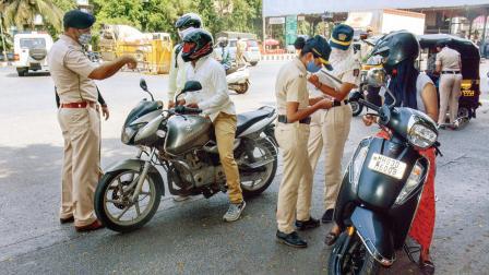 સ્કૂટર પર માસ્ક વગરના લોકો વિરૂદ્ધ પગલાં લેતી પોલીસ