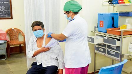કોવિડ-૧૯ સામેના રસીકરણ કાર્યક્રમમાં ડૉક્ટરો પણ જોડાયા છે.