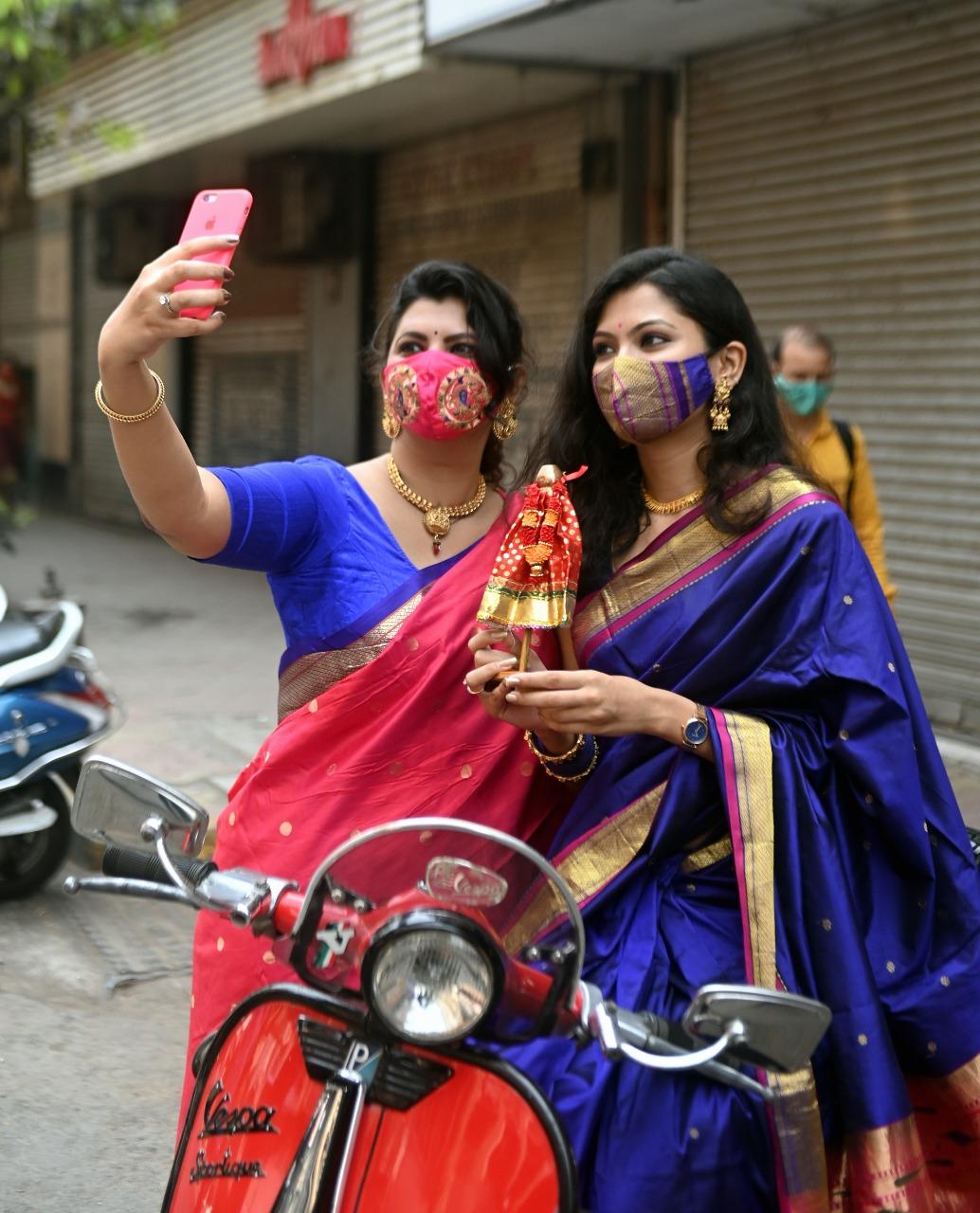 માસ્ક પહેરીને ગુડી પડવા નિમિત્તે સેલ્ફી લેતા મુંબઇકર. (તસવીર સૌજન્ય બિપિન કોકાટે)