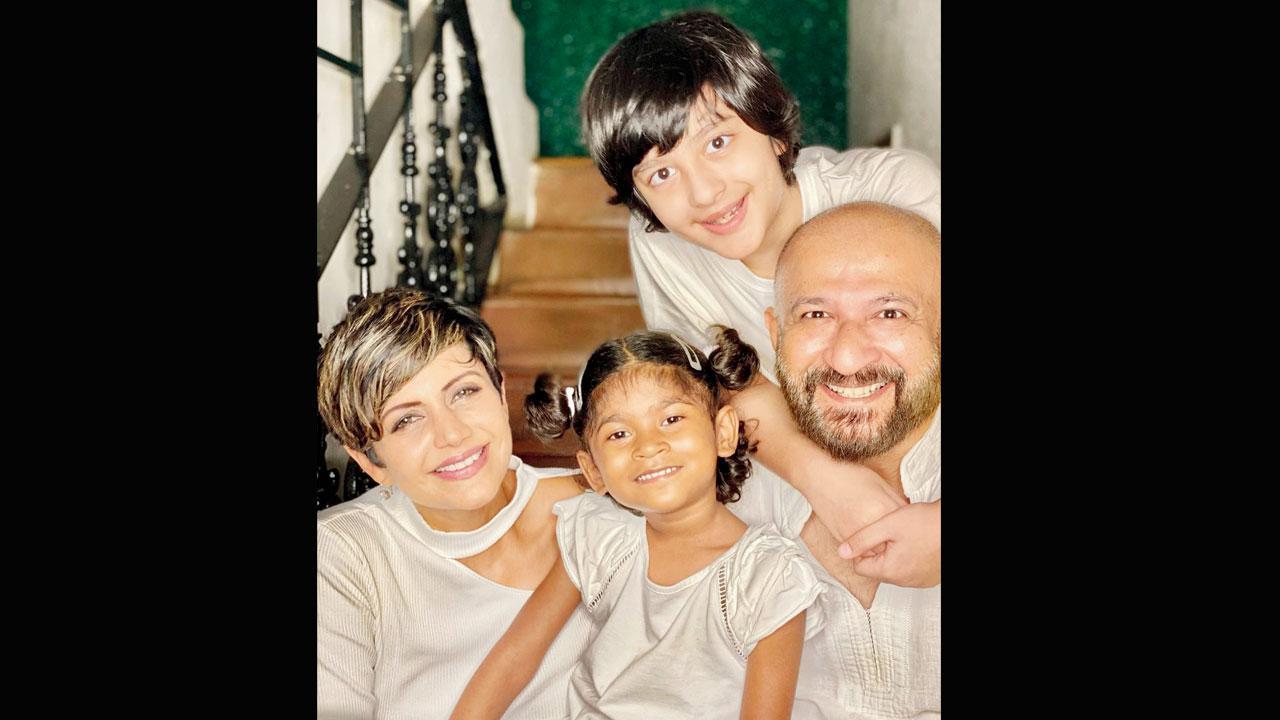 મંદિરા બેદી દીકરી અને પરિવાર સાથે