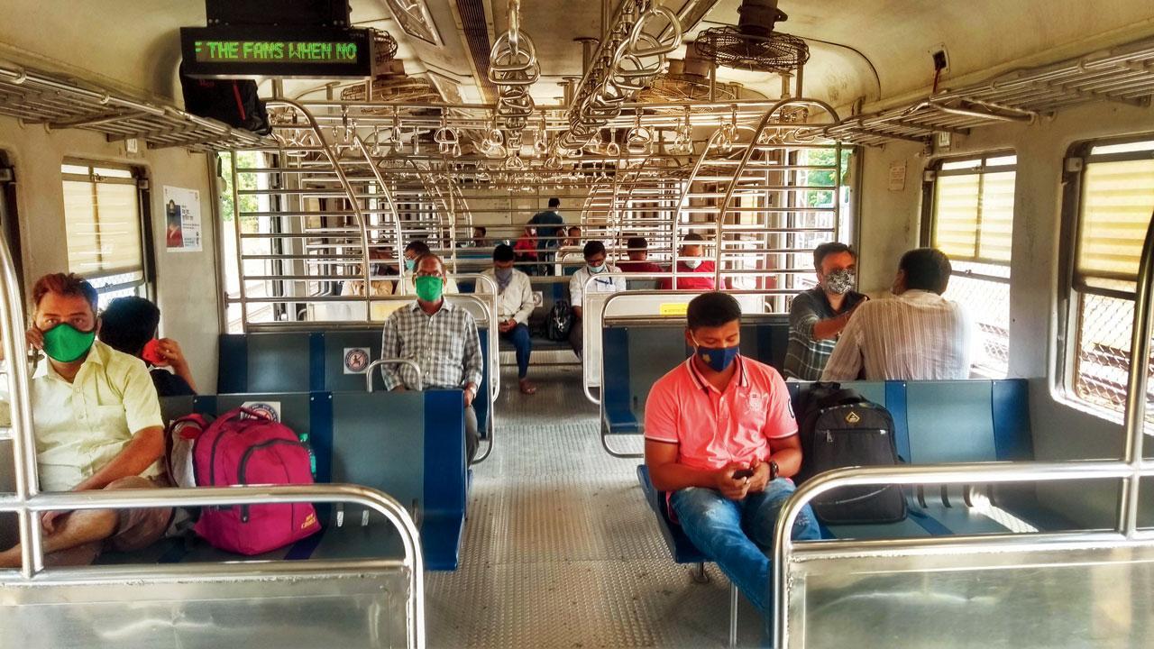 ટ્રેનમાં બહુ ઓછા પ્રવાસીઓ હતા અને તેઓ પણ સોશ્યલ ડિસ્ટન્સિંગ રાખીને પ્રવાસ કરી રહ્યા હતા.