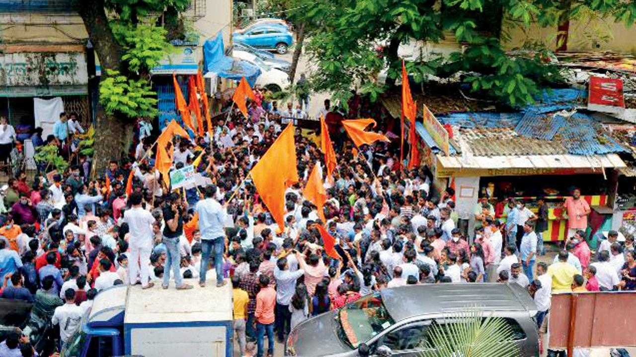 નારાયણ રાણેની અરેસ્ટની વિરુદ્ધ મુંબઈમાં રાજકીય કાર્યકરોનું ટોળું (તસવીર : અનુરાગ આહિરે)