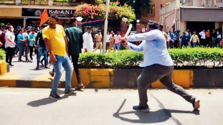 કેન્દ્રીય પ્રધાન નારાયણ રાણેના જુહુ તારા રોડ, સાંતાક્રુઝ વેસ્ટમાંના ઘર તરફ કૂચ કરી રહેલા શિવસેનાના કાર્યકરો અને બીજેપી કાર્યકરો વચ્ચે ગઈ કાલે મારપીટ થઈ હતી. પોલીસે પણ લાઠીઓ ચલાવી હતી. (તસવીર : સમીર માર્કન્ડે)