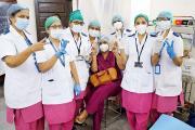 મુંબઈ સેન્ટ્રલમાં નાયર હૉસ્પિટલમાં રસીકરણની પ્રક્રિયા દરમિયાન વિક્ટરીની મુદ્રા દર્શાવી રહેલી નર્સ.