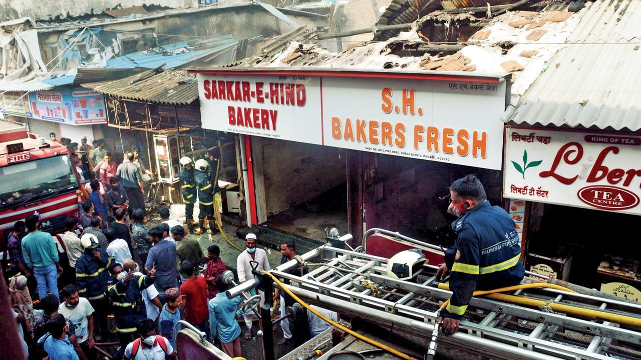 કુર્લામાં આવેલી બેકરીમાં લાગેલી આગને બુઝાવી રહેલી ફાયર બ્રિગેડ. તસવીરો - સૈયદ સમીર અબેદી