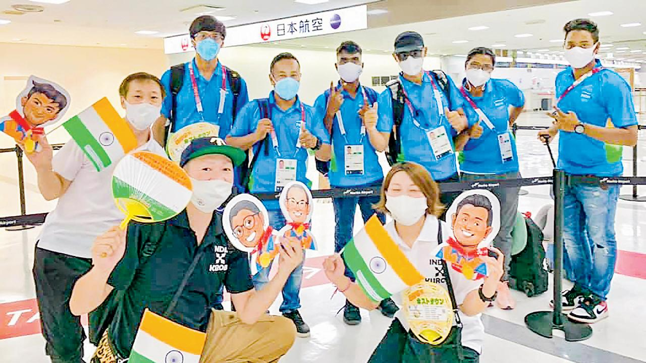 ભારતીય તીરંદાજોની ટીમનું સ્વાગત કરતા કુરબે સિટી ટીમ. તસવીર : પી.ટી.આઇ.