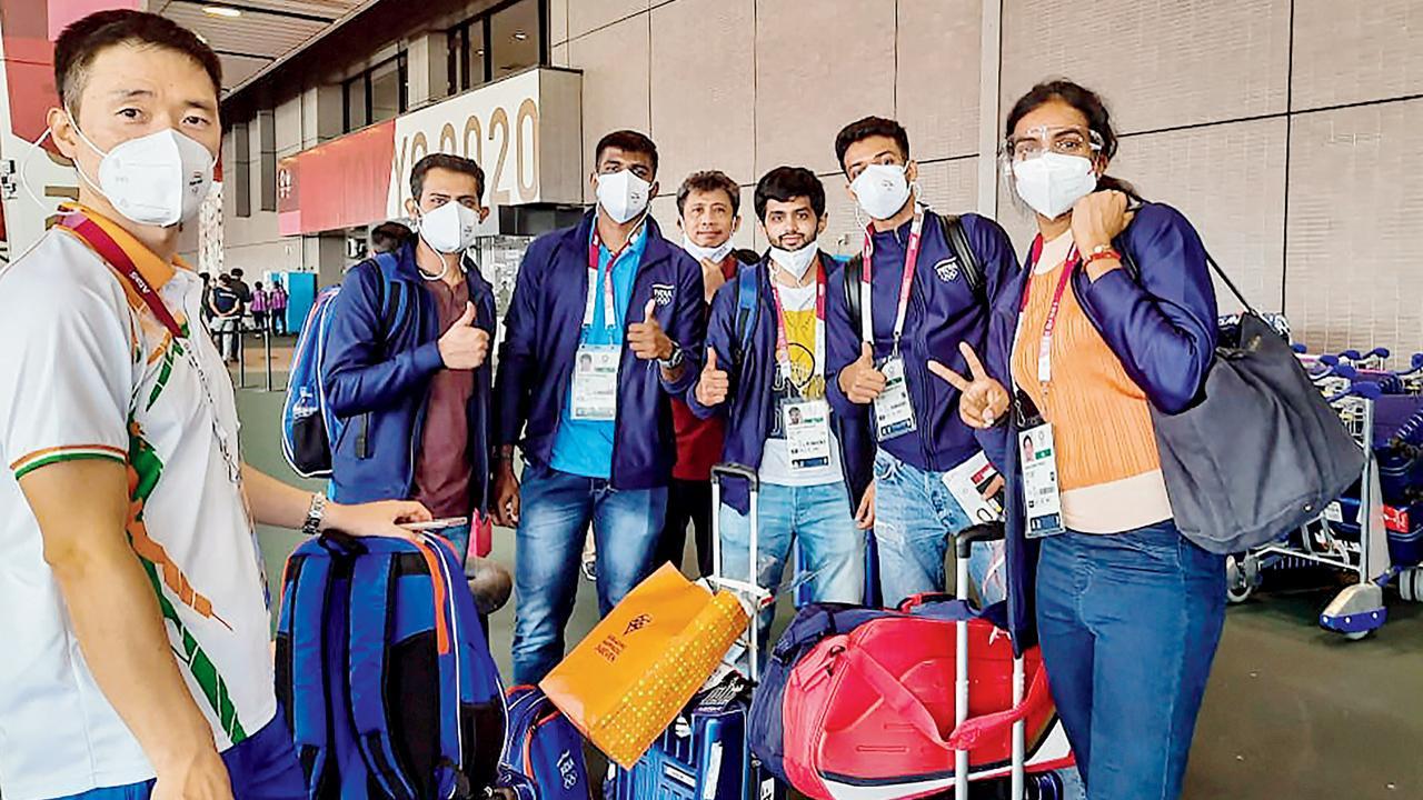 ટોક્યોમાં આવેલા ઑલિમ્પિક વિલેજ તરફ જતી ભારતીય બૅડ્મિન્ટન ટીમ. તસવીર : પી.ટી.આઇ.