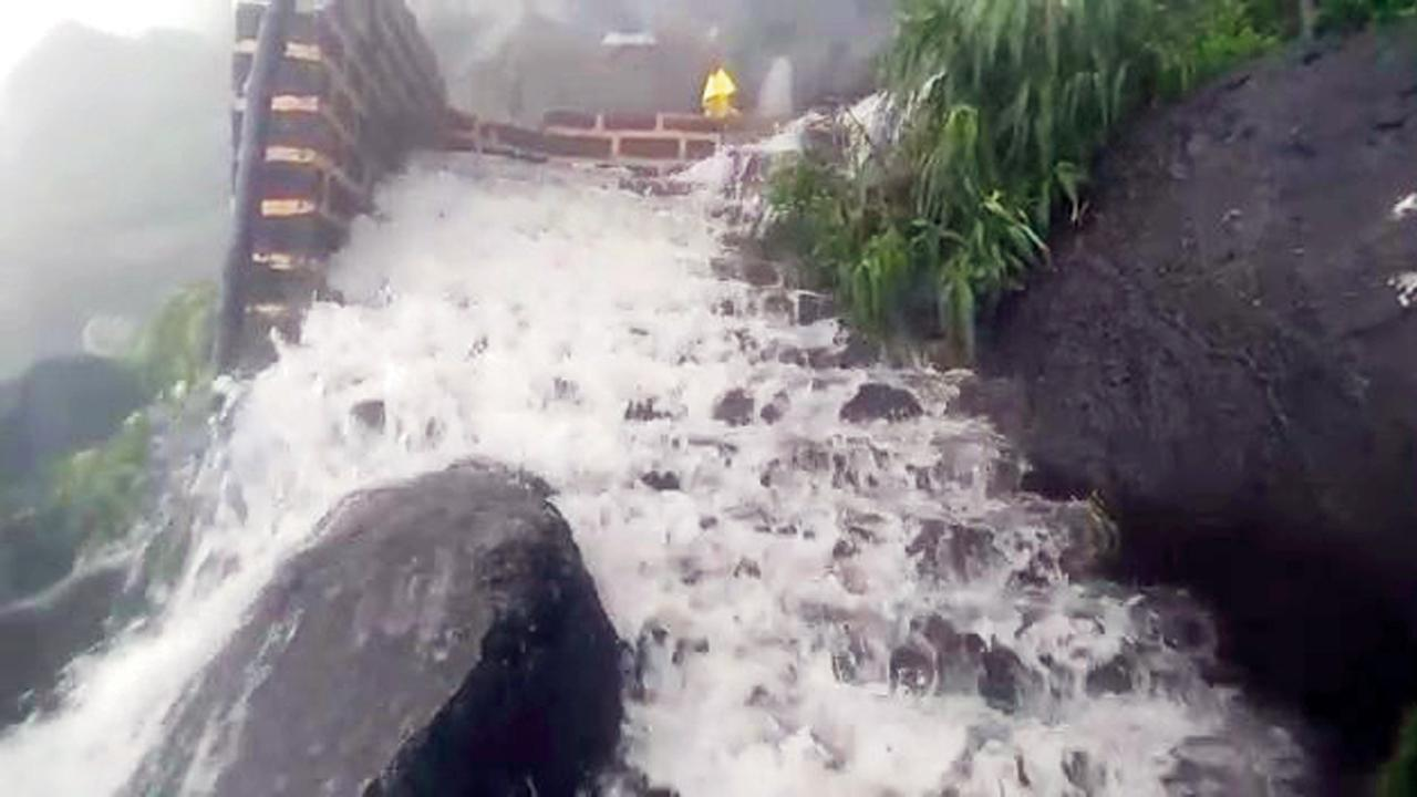ગિરનારમાં પગથિયાં પર ધસમસતું પાણી આવવાને કારણે બિહામણું દૃશ્ય સર્જાયું હતું