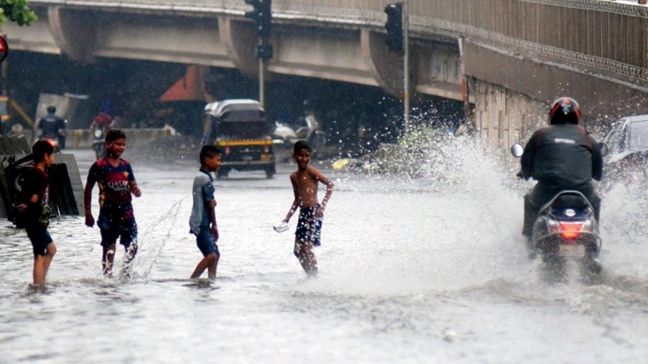 વરસાદ ગઈ કાલે પણ જામ્યો હતો અન એને કારણે કુર્લામાં પાણી ભરાઈ ગયાં હતાં. આજે ફરીથી આવાં પાણી ભરાવાની શક્યતા છે.  સમીર માર્કન્ડે