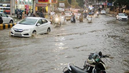 રાજકોટ શહેરમાં ભારે વરસાદને લીધે ગઈ કાલે પાણી ભરાઈ ગયાં હતાં અને વાહનચાલકોને હાલાકી સહેવી પડી હતી