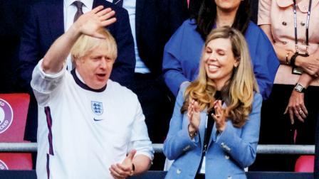 ઇંગ્લૅન્ડના વડા પ્રધાન બૉરિસ જૉન્સન પત્ની સાથે ટીમનો ઉત્સાહ વધારવા હાજર રહ્યા હતા