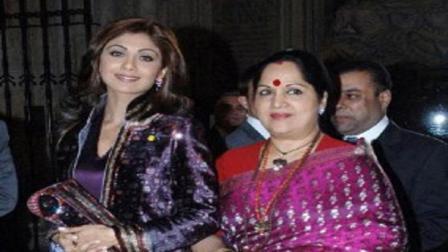 શિલ્પા શેટ્ટી માતા સુનંદા શેટ્ટી સાથે (તસવીરઃ એ.એફ.પી.)
