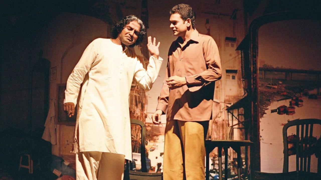 મનોજ શાહના 'મરીઝ' નાટકમાં ગુજરાતના ગાલિબ તરીકે જાણીતા અબ્બાસ અબ્દુલ અલી વાસી 'મરીઝ'ની ભૂમિકામાં ધર્મેન્દ્ર ગોહિલ.