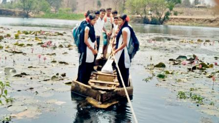 કોસેસરી ગામમાં સ્કૂલના વિદ્યાર્થીઓ સૂર્યા નદીનું આશરે ૬૦૦ મીટરનું અંતર જીવના જોખમે કાપતા