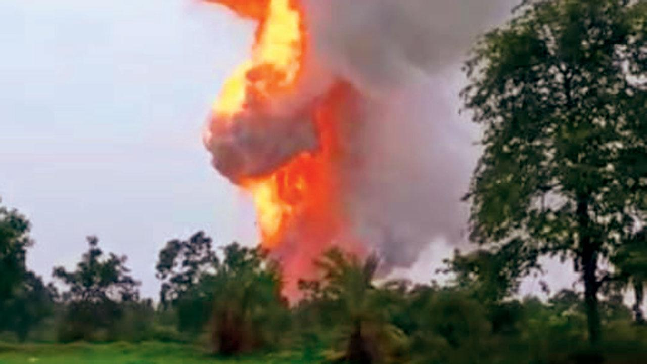 દહાણુ રોડ પર આવેલી વિશાલ ફટાકડાની ફૅક્ટરીમાં અચાનક ગઈ કાલે સવારે મોટો વિસ્ફોટ થયો હતો