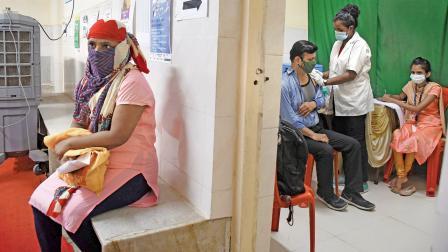 ધારાવીના વૅક્સિનેશન સેન્ટરમાં ગઈ કાલે રસી મુકાવી રહેલા લોકો
