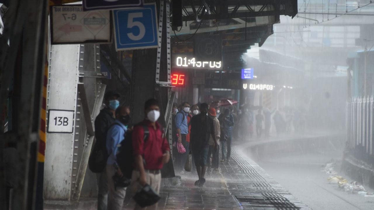 દાદર સ્ટેશન પર ટ્રેનની પ્રતિક્ષા કરતા પ્રવાસીઓ. વરસાદને લીધે ઠેર-ઠેર પાણી ભરાઈ ગયા હોવાથી સેન્ટ્રલ અને હાર્બર લાઈનમાં સવારે ટ્રેનોની અવરજવર બંધ કરવામાં આવી હતી. તસવીરઃ આશિષ રાજે