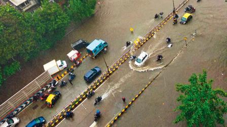 વરસાદને કારણે થયેલો સાયનની ગાંધી માર્કેટનો જળબંબાકાર વિસ્તાર.