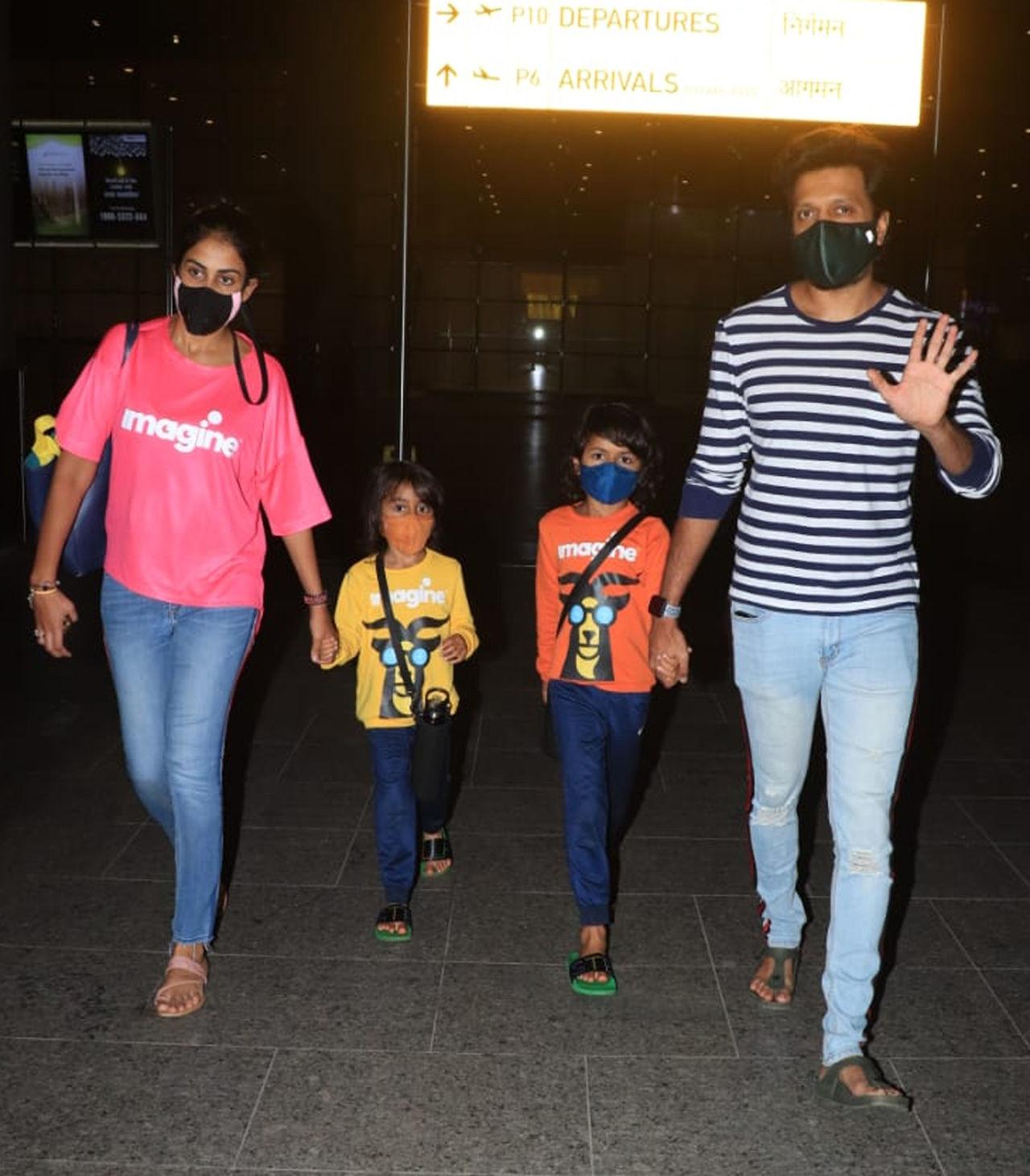 અભિનેતા હિમાંશ કોહલી પણ મુંબઈ એરપોર્ટ પર જોવા મળ્યો હતો. તેનો ટ્રાવેલ લુક એકદમ યુનિક અને કમ્ફર્ટેબલ હતો. અભિનેતાને તેના લુક્સ સાથે એક્સપ્રિમેન્ટકરવાનું ગમે છે.