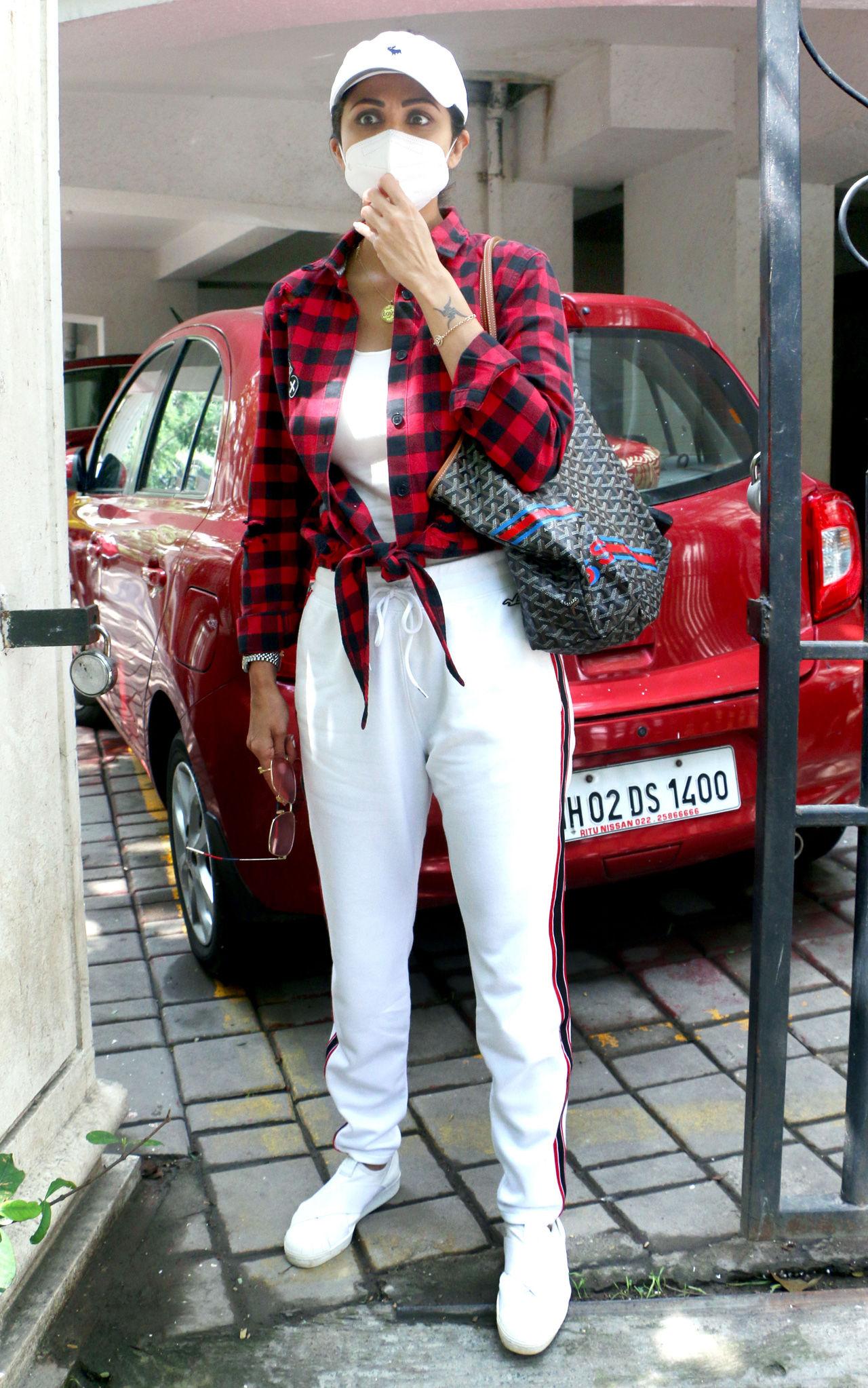 અભિનેત્રી નેહા શર્મા પણ તેના પાળતૂ શ્વાન સાથે શહેરમાં આંટો મારવા નીકળી હતી. તેણે બ્લેક શોર્ટ્સની સાથે વાઈટ ઓવરસાઈઝ હુડી પહેર્યું હતું.