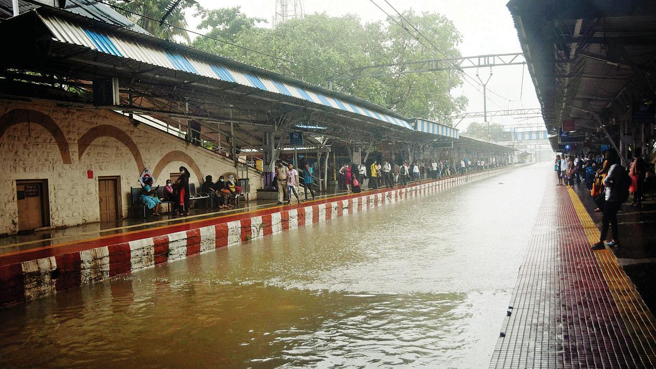 ગઈ કાલે ભારે વરસાદને કારણે સાયન રેલવે સ્ટેશન પર પાણી ભરાઈ ગયાં હતાં. પ્રદીપ ધિવાર