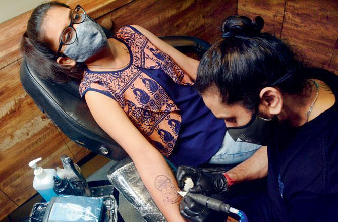 ટૅટૂથી ત્વચા પર જ્યારે આકૃતિ બનાવવામાં આવે છે ત્યાર પછી એ ભાગનાં છિદ્રોને રુઝાતાં પાંચ દિવસ લાગે