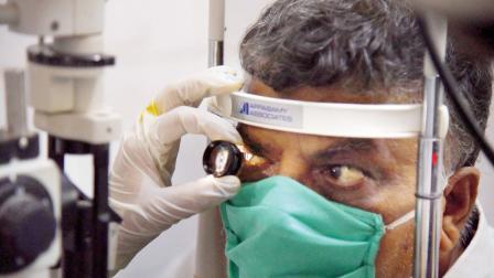 વાશીમાં બ્લેક ફંગના દર્દીને તપાસતા ડૉક્ટર. પી.ટી.આઇ.