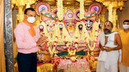 ભગવાન જગન્નાથજી, બહેન સુભદ્રાજી અને ભાઈ બળદેવજીની શણગારથી સજ્જ મૂર્તિ નજીક ગુજરાતના ગૃહરાજ્ય પ્રધાન પ્રદીપસિંહ જાડેજા અને મંદિરના મહંત દિલીપદાસજી મહારાજ.