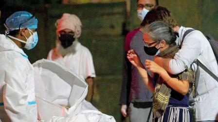 દિલ્હીમાં સ્વજનોના મૃતદેહને જોઈને રડતા પરિવારના સભ્યો (તસવીર સૌજન્યઃ એએફપી)