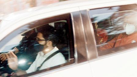 મહારાષ્ટ્રના મુખ્ય પ્રધાન ઉદ્ધવ ઠાકરે ગઈ કાલે પત્ની રશ્મિ ઠાકરે અને આદિત્ય ઠાકરે સાથે ષણ્મુખાનંદમાં દશેરાની રૅલીને સંબોધવા આવ્યા ત્યારે ત્યાં પોલીસનો જોરદાર બંદોબસ્ત કરવામાં આવ્યો હતો (નીચે).  સૈયદ સમીર અબેદી