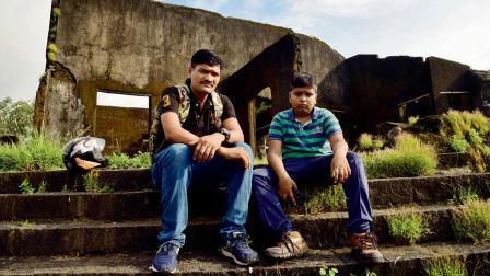 ગયા અઠવાડિયે મુંબઈના પ્રવાસ દરમ્યાન સાયન ફોર્ટ પહોંચેલા જય અને તેના પિતા રાહુલ દિવાટે (તસવીર : પ્રદીપ ધિવાર)