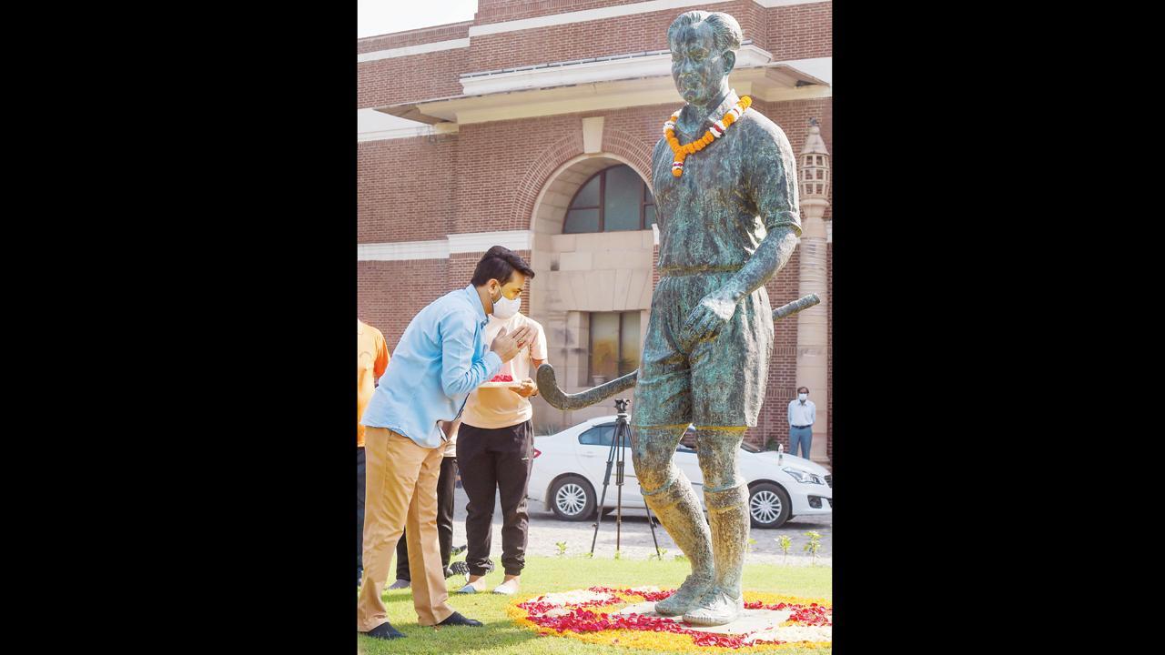 સ્પોર્ટ્સ મિનિસ્ટર અનુરાગ ઠાકુરે ગઈ કાલે દિલ્હીમાં દિલ્હી હૉકી પ્રીમિયર વીકએન્ડ લીગના ઉદ્ઘાટન પ્રસંગે ભારતના હૉકીસમ્રાટ મેજર ધ્યાનચંદના સ્મારકને અંજલિ આપી હતી.  (તસવીર : પી.ટી.આઇ.)