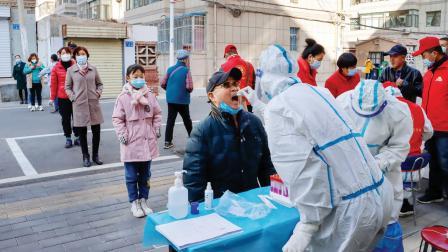 ચીનના ગન્સુ પ્રોવિન્સમાં લોકોની ટેસ્ટ કરવામાં આવી હતી. (તસવીર : પી.ટી.આઇ.)