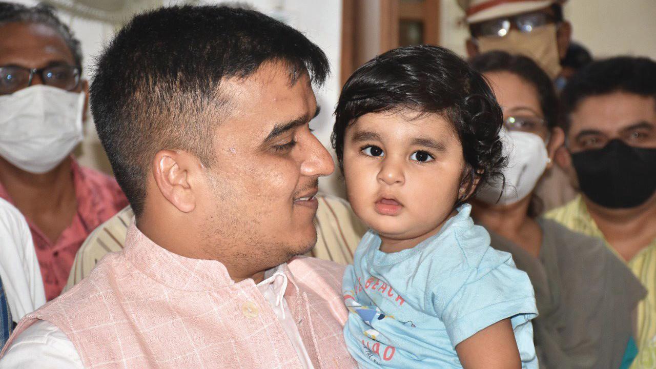 ગુજરાતના ગૃહરાજ્ય પ્રધાન હર્ષ સંઘવીએ ગાંધીનગર સિવિલ હૉસ્પિટલમાં જઈને બાળકના ખબરઅંતર પુછ્યા હતા
