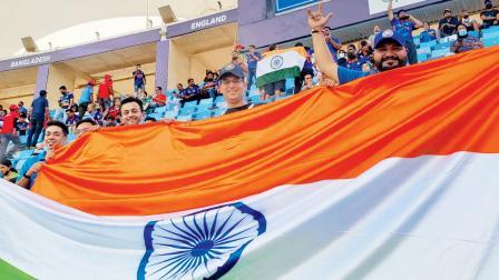 ભારતીય ત્રિરંગા સાથે સ્ટેડિયમમાં મુંબઈના મિત્રો