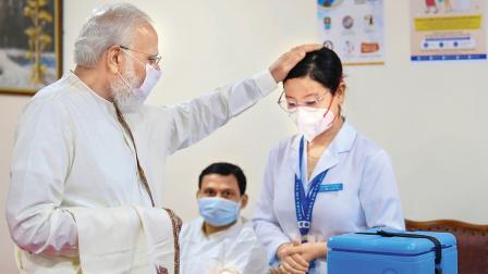 નવી દિલ્હીની રામ મનોહર લોહિયા હૉસ્પિટલની નર્સ તથા ગાર્ડસ સાથે વાત કરતા વડા પ્રધાન મોદી