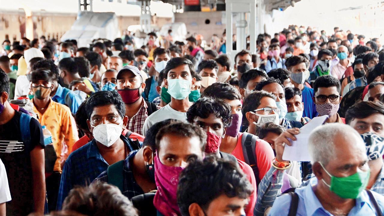 કુર્લા ટર્મિનસ પર પ્રવાસીઓની ઍન્ટિજન ટેસ્ટ કરાઈ હતી. બિપિન કોકાટે